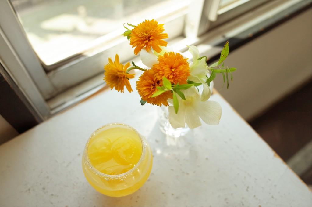 夏みかんと花